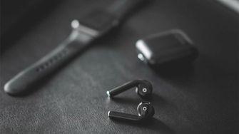 AirPods zwart 16x9