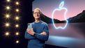 Apple CEO Tim Cook met de iPhone 13 Pro