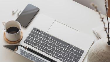 MacBook iPhone AirPods op tafel 16x9
