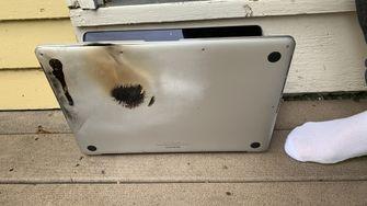 De restanten van de ontplofte MacBook Pro
